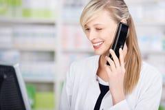 Retrato de un farmacéutico amistoso en el teléfono Imagen de archivo