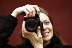 Un fotógrafo bonito de la muchacha Imagenes de archivo