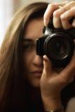 Un fotógrafo bonito de la muchacha Imagen de archivo