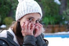 Retrato de un frío de sensación de la muchacha del adolescente con un sombrero de las lanas Fotografía de archivo libre de regalías