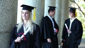 Retrato de un graduado femenino almacen de metraje de vídeo