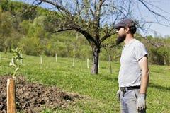 Retrato de un granjero joven afuera imagen de archivo