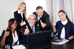 Retrato de un grupo de hombres de negocios en meeing Foto de archivo libre de regalías