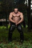 Retrato de un guerrero antiguo muscular con la espada Imagen de archivo