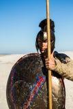 Retrato de un guerrero espartano con un escudo antiguo Fotografía de archivo libre de regalías