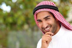 Retrato de un hombre árabe hermoso de los emiratos del saudí imagenes de archivo