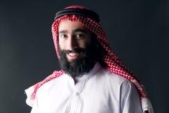 Retrato de un hombre árabe joven hermoso con una barba espesa Fotografía de archivo libre de regalías