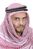Retrato de un hombre árabe joven que desgasta un turbante Foto de archivo