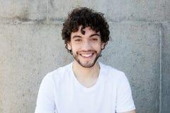 Retrato de un hombre adulto joven caucásico hermoso con la barba imagenes de archivo