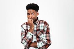 Retrato de un hombre africano joven asustado Foto de archivo libre de regalías