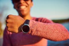 Retrato de un hombre africano joven que muestra al suyo el reloj Fotografía de archivo libre de regalías