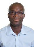 Retrato de un hombre afroamericano con los vidrios imagen de archivo