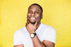 Retrato de un hombre afroamericano feliz joven foto de archivo