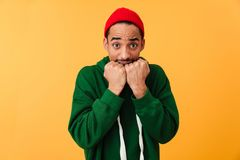 Retrato de un hombre afroamericano joven asustado en sombrero Fotos de archivo libres de regalías