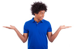 Retrato de un hombre afroamericano joven que lleva a cabo algo Foto de archivo