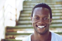 Retrato de un hombre afroamericano que sonríe al aire libre Imagenes de archivo