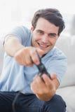 Retrato de un hombre alegre que juega a los videojuegos Fotografía de archivo