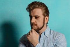 Retrato de un hombre barbudo atractivo en una camisa rayada Imágenes de archivo libres de regalías