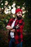 Retrato de un hombre barbudo en bosque Fotografía de archivo libre de regalías