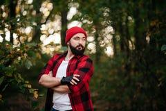 Retrato de un hombre barbudo en bosque Fotos de archivo