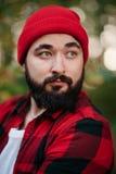 Retrato de un hombre barbudo en bosque Foto de archivo