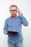 Retrato de un hombre casual que sostiene el tablero Imagen de archivo
