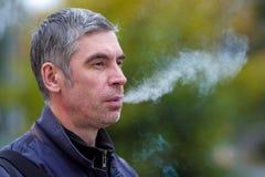 Retrato de un hombre con un cigarrillo Imagenes de archivo