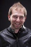 Retrato de un hombre con la chaqueta de cuero negra Fotografía de archivo