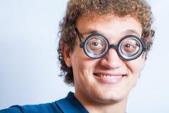 Retrato de un hombre con la diversión del estudio de los vidrios n del empollón Imagenes de archivo