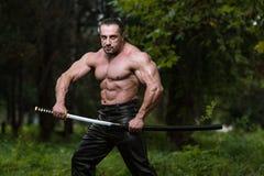 Retrato de un hombre con la espada antigua Foto de archivo libre de regalías