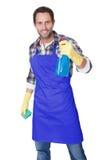 Retrato de un hombre con la esponja y el aerosol Imagen de archivo libre de regalías