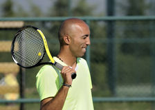 Retrato de un hombre con la raqueta de tenis Fotos de archivo libres de regalías