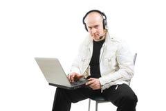 Retrato de un hombre con una computadora portátil Fotos de archivo