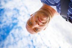 Retrato de un hombre contra un cielo azul fotografía de archivo libre de regalías