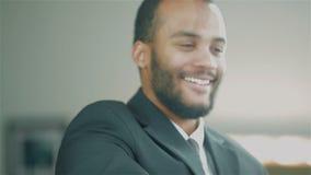 Retrato de un hombre de negocios africano joven almacen de metraje de vídeo