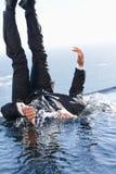 Retrato de un hombre de negocios alegre que cae en el agua Fotografía de archivo libre de regalías