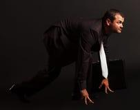 Retrato de un hombre de negocios competitivo en la posición de salida. Foto de archivo libre de regalías