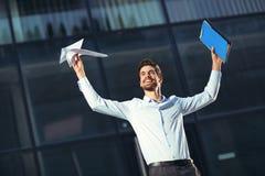Retrato de un hombre de negocios feliz joven fuera del edificio de oficinas Foto de archivo libre de regalías