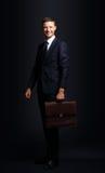 Retrato de un hombre de negocios hermoso con la cartera aislada encendido Foto de archivo