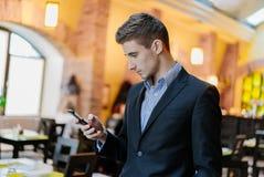 Retrato de un hombre de negocios joven en el teléfono Fotografía de archivo