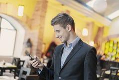 Retrato de un hombre de negocios joven en el teléfono Fotografía de archivo libre de regalías