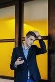 Retrato de un hombre de negocios joven en el teléfono Imagen de archivo libre de regalías