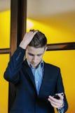Retrato de un hombre de negocios joven en el teléfono Imágenes de archivo libres de regalías