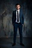 Retrato de un hombre de negocios serio en traje azul foto de archivo libre de regalías