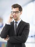 Retrato de un hombre de negocios usando su móvil foto de archivo