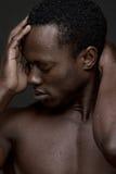 Hombre de negro sexy con la mano a la cara Imágenes de archivo libres de regalías