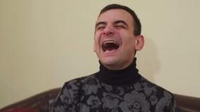 Retrato de un hombre de risa feliz, primer metrajes