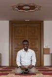 Retrato de un hombre del africano negro en mezquita Foto de archivo libre de regalías
