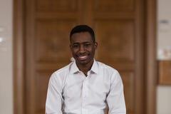 Retrato de un hombre del africano negro en mezquita Foto de archivo