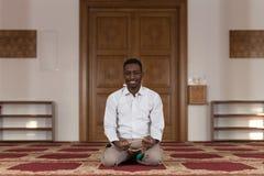 Retrato de un hombre del africano negro en mezquita Fotografía de archivo